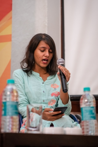 i can lead 2019 fellow srishti pandey reading from her phone and speaking in a mic at lead grow change delhi.